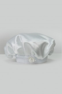Satenska kapa za krštenje s bijelim cvijetom