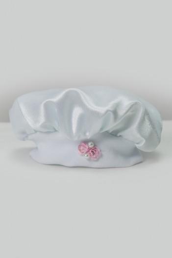 Satenska kapa za krštenje s crvenim cvijetom